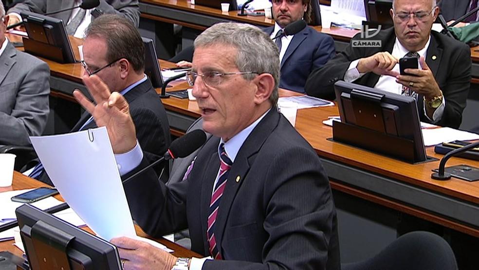 O deputado Darcísio Perondi, em sessão de comissão da Câmara (Foto: Reprodução/TV Câmara)
