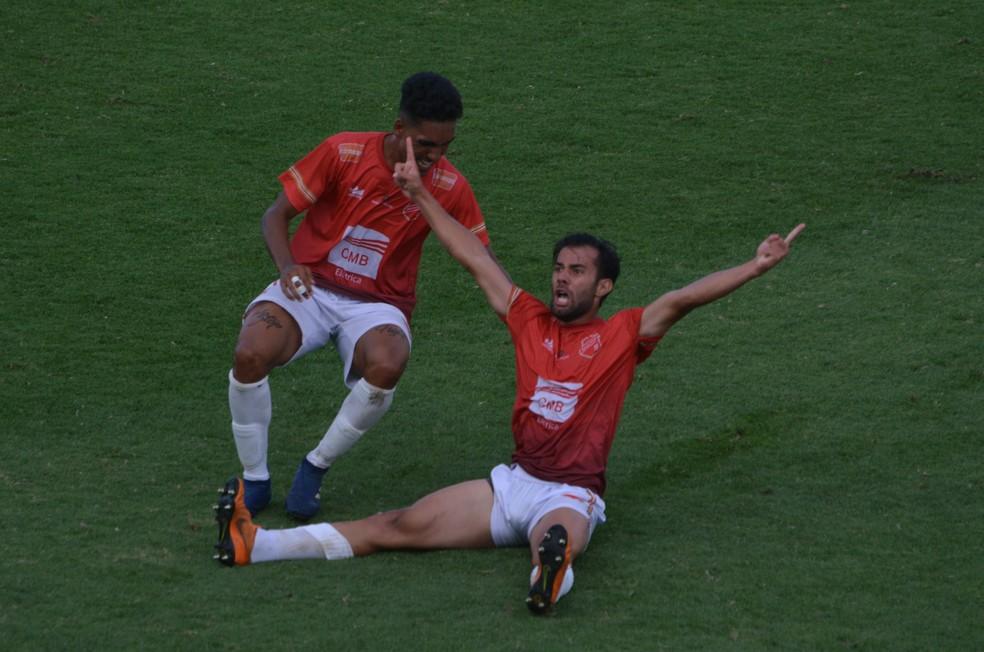 Jorge (à direita) saiu do banco de reservas para marcar o gol da vitória do União Mogi — Foto: Guilherme Borges