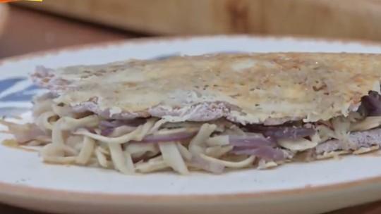 Tapioca de açaí com crosta de queijo coalho