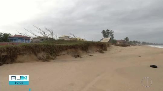 Moradores reclamam de obra feitas para evitar avanço do mar em orla de Rio das Ostras