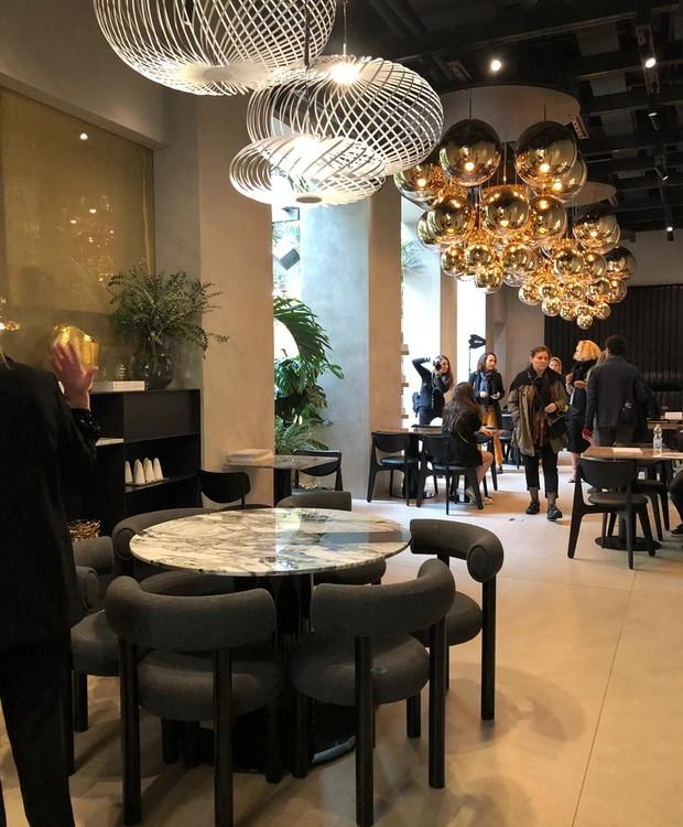 Mesas de mármore criam a atmosfera elegante, junto aos pendentes dourados (Foto: Casa e Jardim)