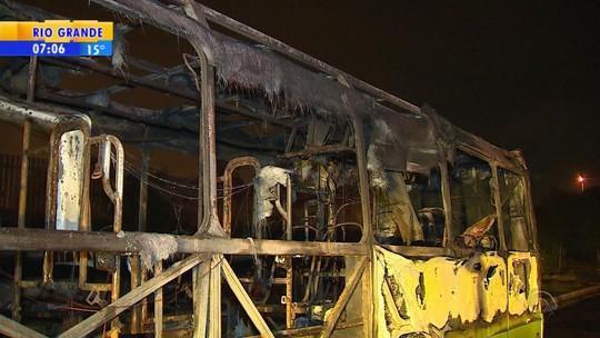 Ônibus é incendiado na Região Metropolitana de Porto Alegre