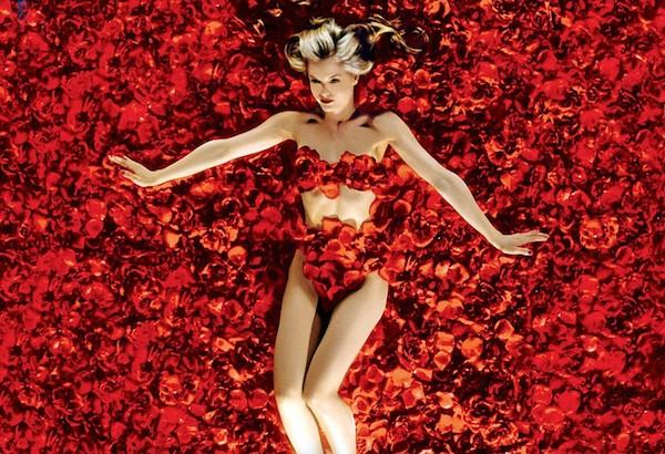 A cena clássica de Beleza Americana (1999) com Tora Birch em meio a flores (Foto: Reprodução)