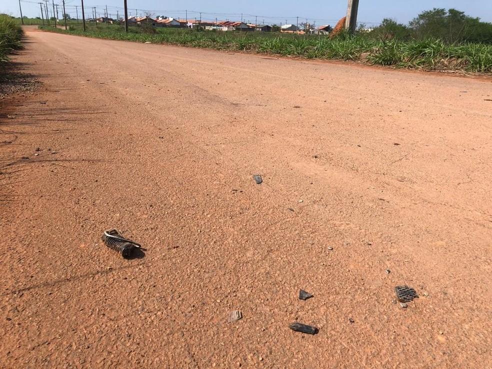 Após colisão traseira, vítima foi arremessada na via e motocicleta parou no canteiro lateral.  — Foto: Jeferson Carlos/G1