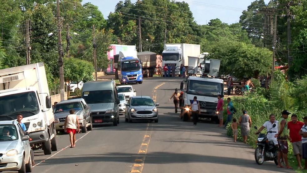Congestionamento na PI-112 durante protesto de moradores — Foto: Reprodução/TV Clube