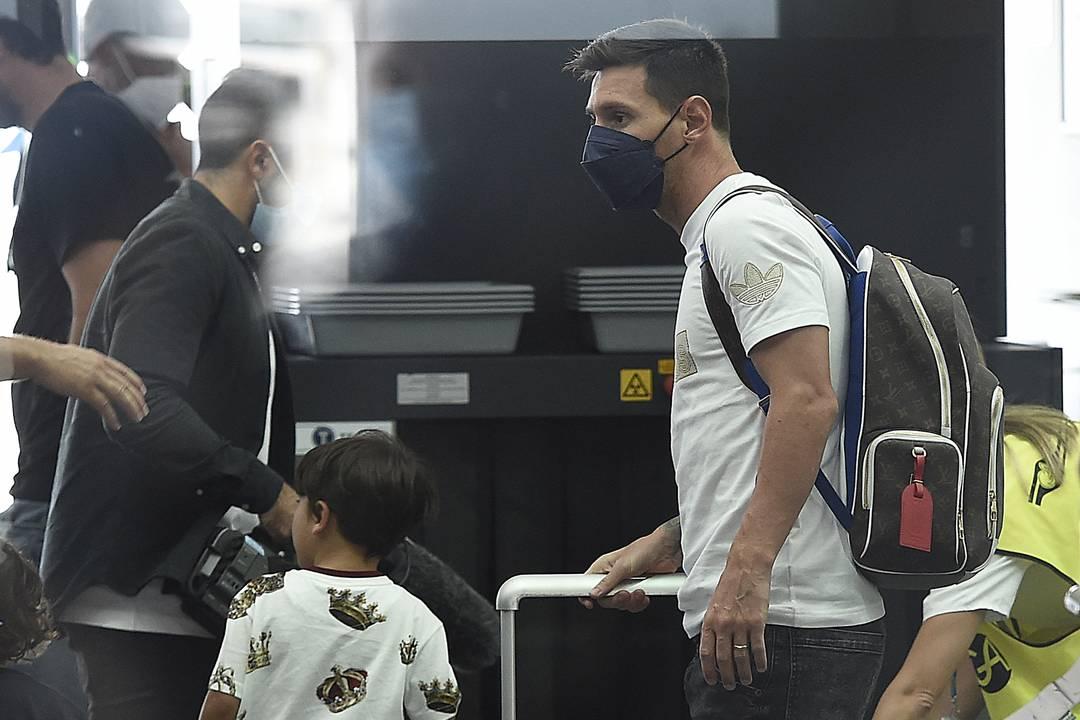 Messi pronto para embarcar no aeroporto de Barcelona