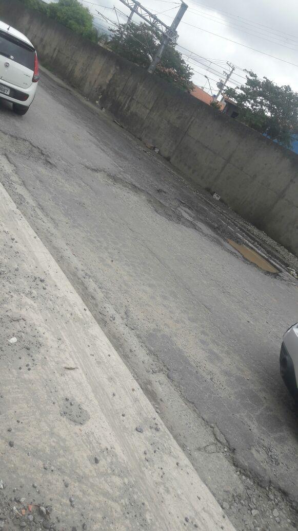 Buracos da Rua Aracaré obrigam motorista a invadir contramão, diz internauta