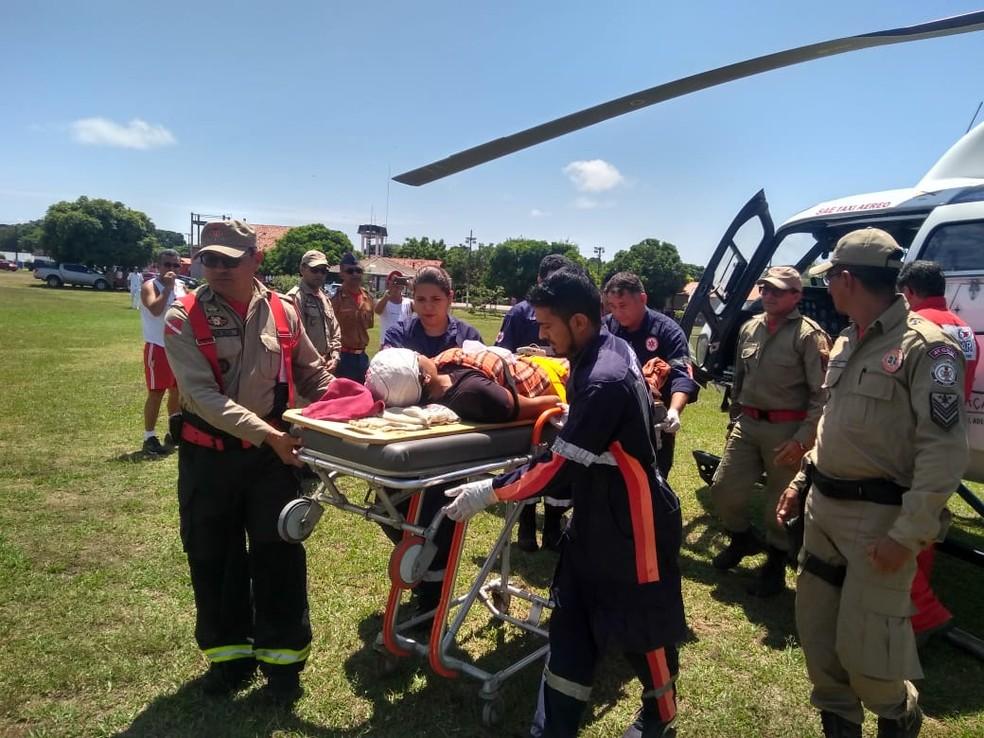 -  Vítima sendo levada para o hospital de Santarém, no Pará  Foto: Geovane Brito/G1