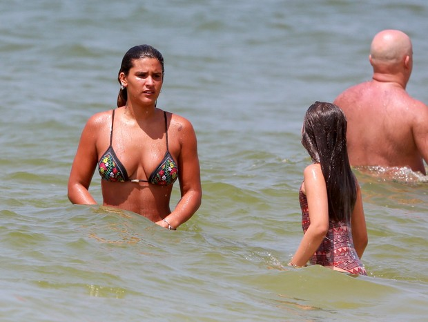 Giulia Costa curte praia com irmã (Foto: AGNEWS)