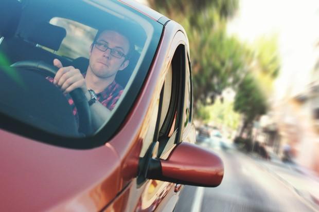 Condutor com problemas de visão pode ser punido por não usar óculos (Foto: Pexels)