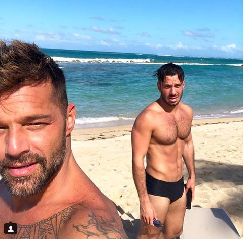 O músico Ricky Martin na praia com o marido, o artista plástico Jwan Yosef (Foto: Instagram)