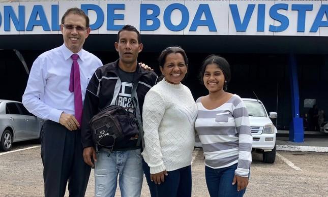 O empresário Carlos Wizard com imigrantes venezuelanos na fronteira
