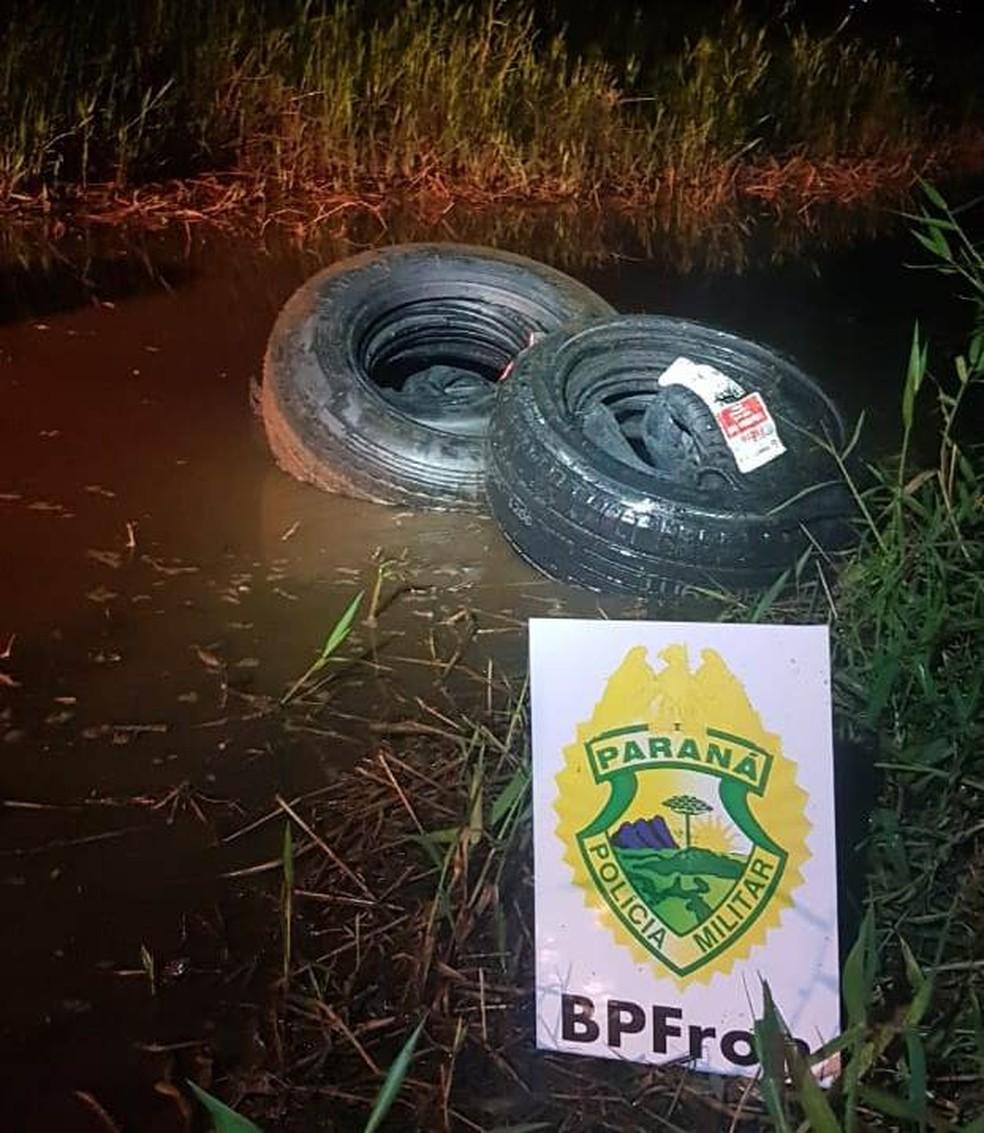 BPFron encontra pneus contrabandeados em Lago de Itaipu, em Guaíra — Foto: BPFron/Divulgação