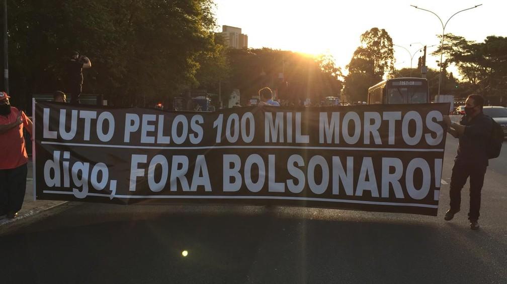 Ato das centrais sindicais no bairro de Pinheiros, Zona Oeste de São Paulo em memória dos 100 mil mortos pela Covid-19 no Brasil. — Foto: Abraão Cruz/TV Globo