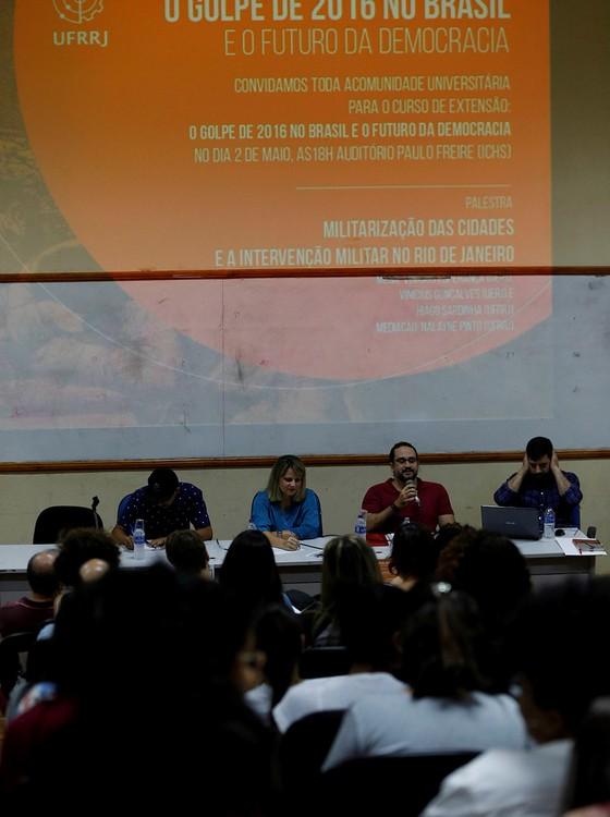 """Os debatedores da quarta aula do curso """"O golpe de 2016"""" falaram mais sobre a militarização e a violência do Rio do que sobre política (Foto: Domingos Peixoto/Agência O Globo)"""