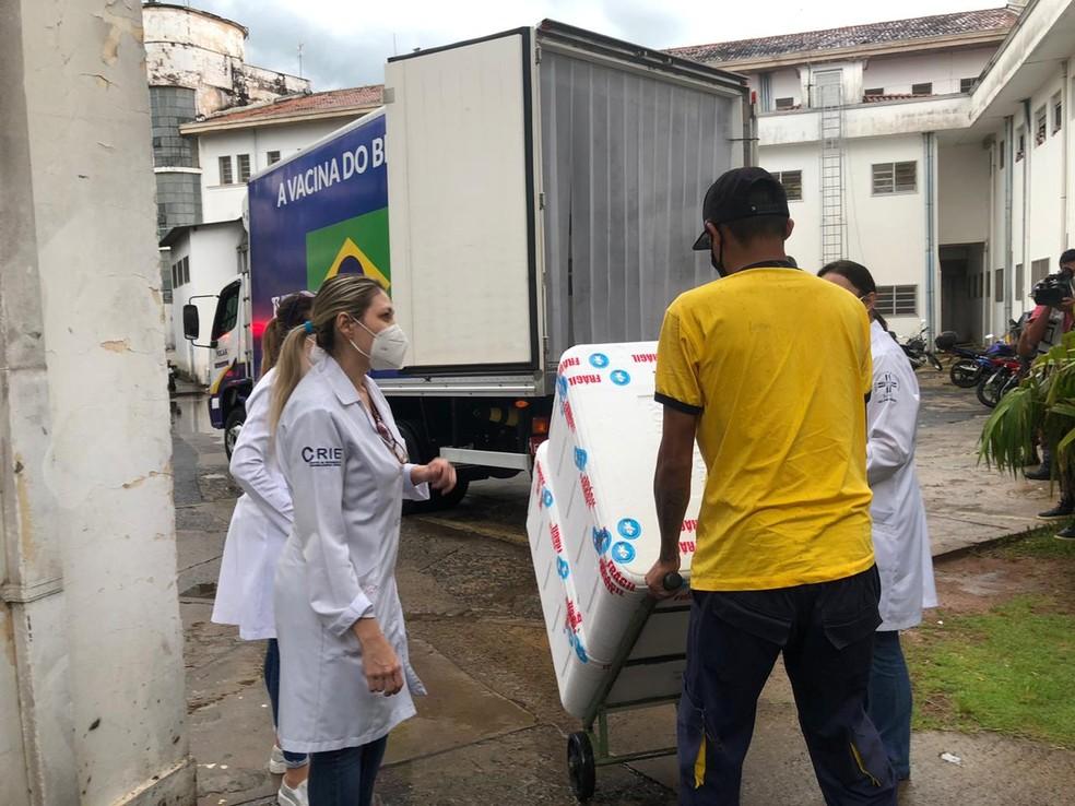 Mais de 4 mil doses da CoronaVac chegam a Botucatu para imunizar profissionais do Hospital das Clínicas — Foto: Fábio Linhares/TV TEM