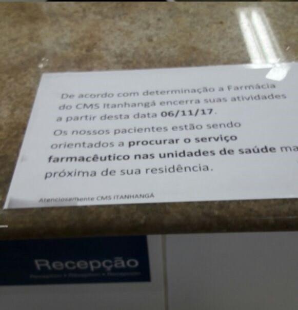 Comunicado anuncia fechamento da farmácia. SMS diz que não autorizou colocação do cartaz