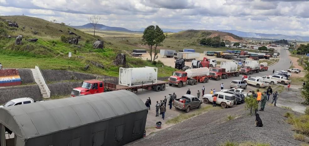 Caminhões com oxigênio da Venezuela enfileirados na fronteira com o Brasil — Foto: José Martí/Arquivo pessoal