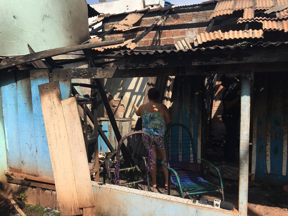 Família pede ajuda para recuperar pertences — Foto: Theodora Malacrida/TVCA
