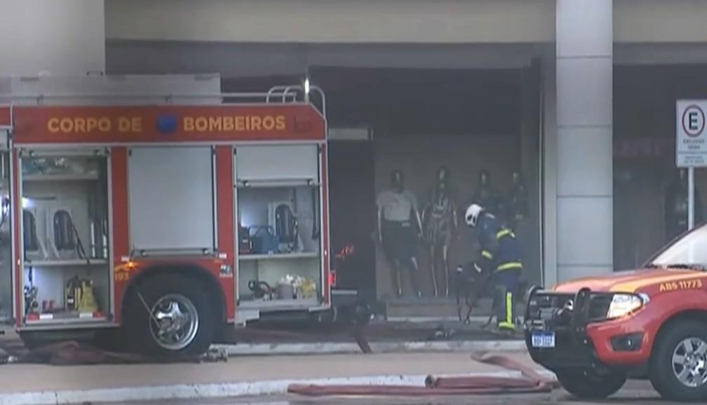 Bombeiros tentam conter chamas dentro de shoppings, em Maringá — Foto: Reprodução/RPC