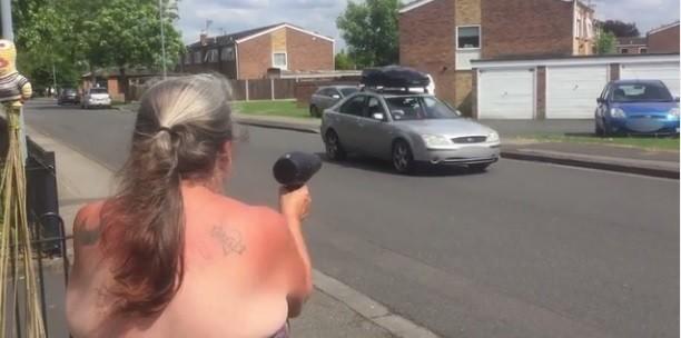 Jean Brooks ameaça motorista com secador de cabelo