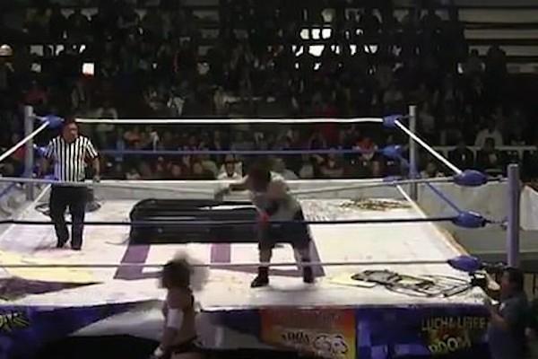 O instante no qual o lutador Angel O Demônio atinge seu oponente El Cuervo com um bloco de concreto (Foto: Reprodução)