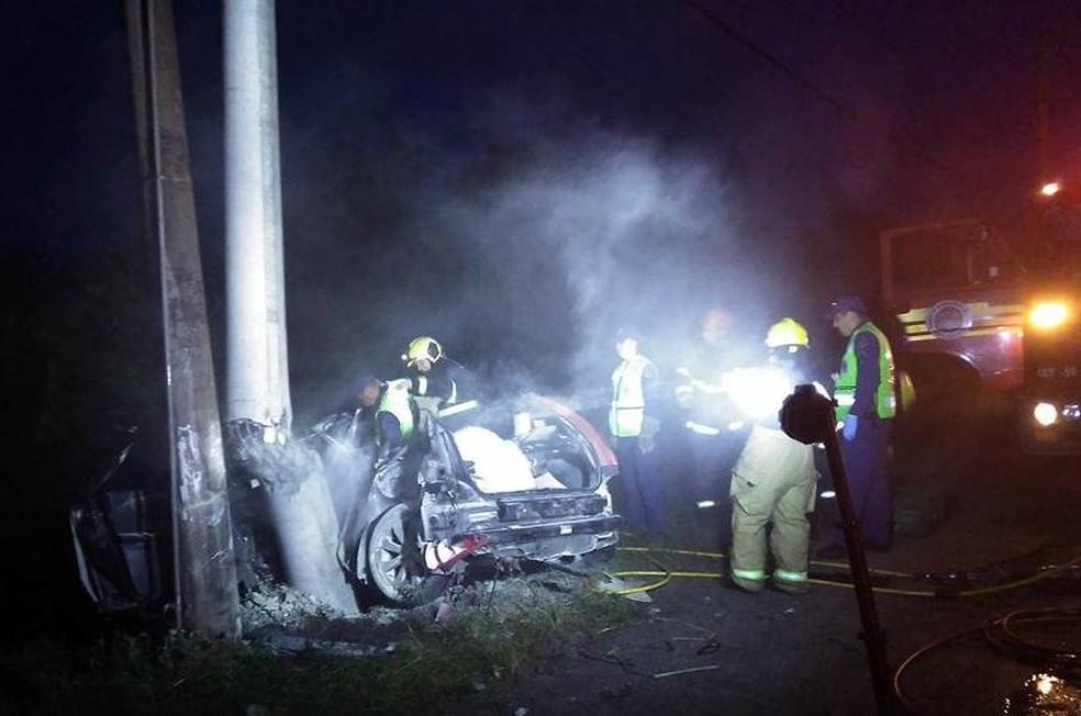 Dois ocupantes do carro que bateu no poste morreram (Foto: Douglas Candiago/Divulgação)