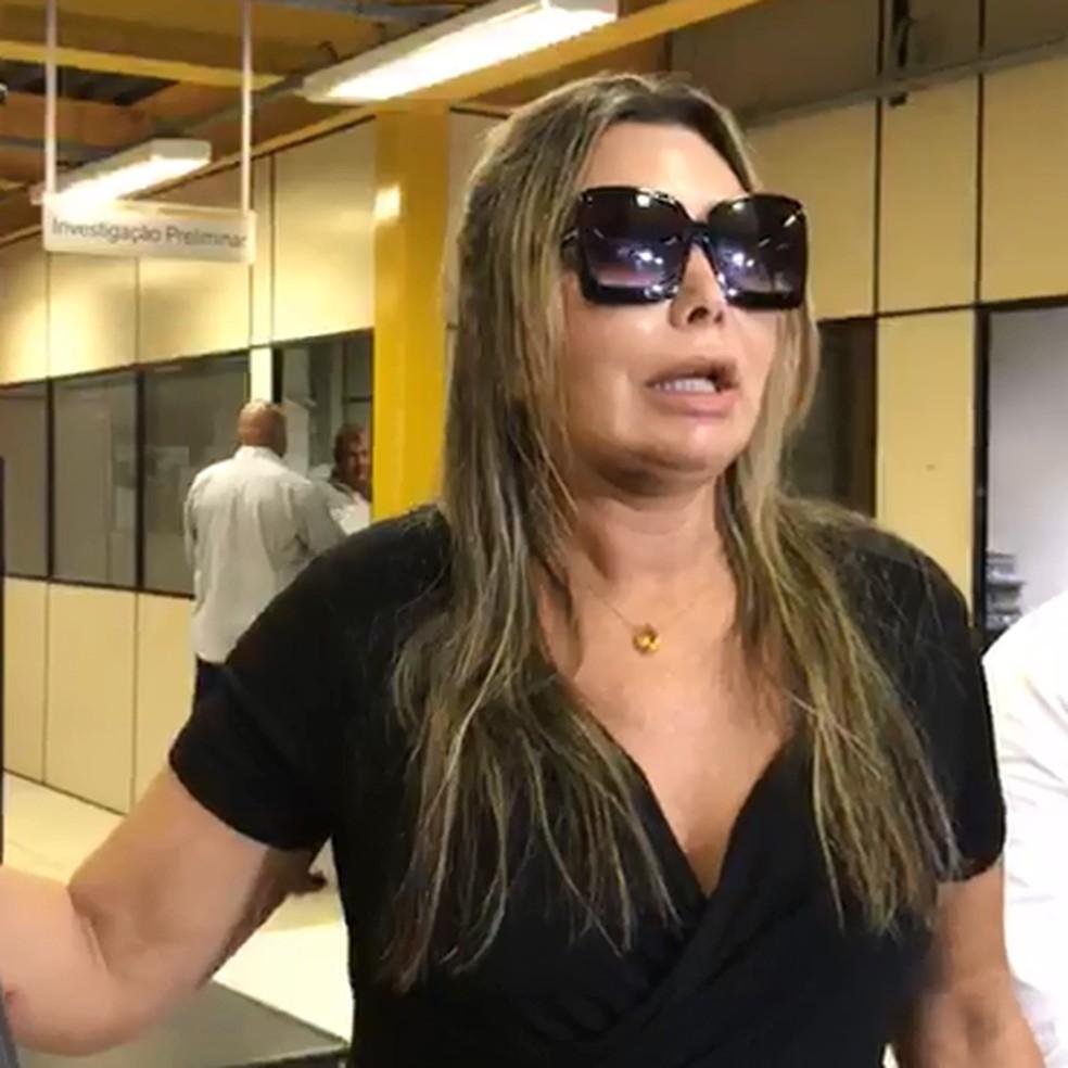 Elaine Caparroz prestou depoimento na 16ª DP nesta segunda-feira — Foto: Reprodução/G1Rio