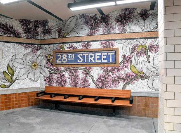 Mural botânico em mosaico de vidro na estação da 28th street (Foto: Divulgação/Transporte metropolitano de Nova York)