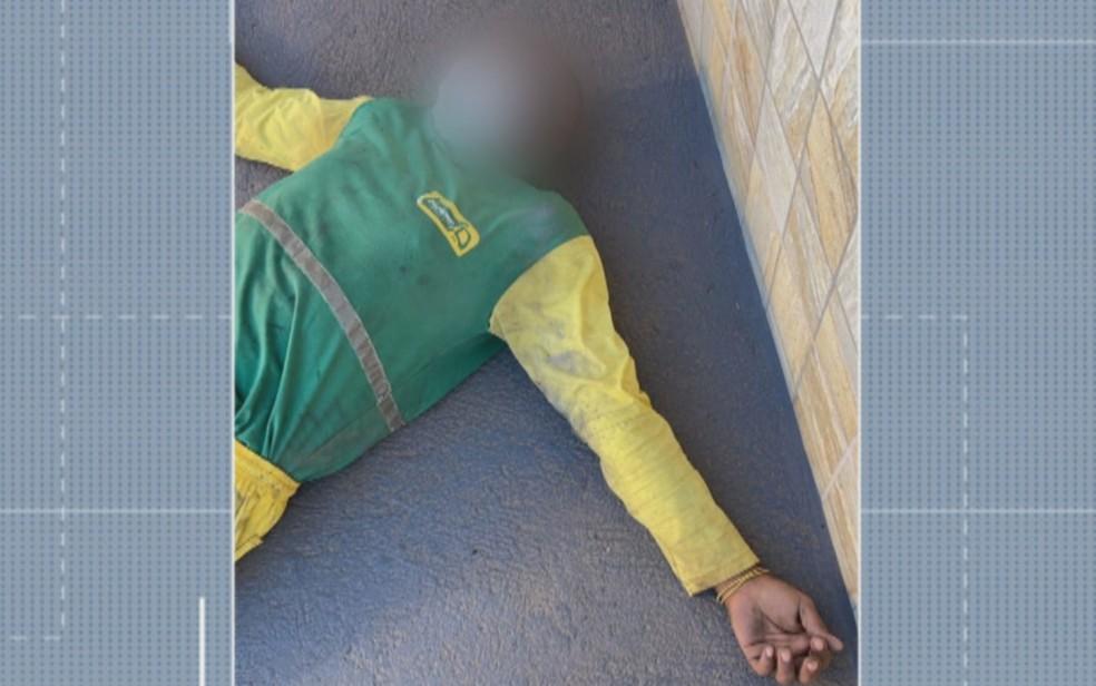 Gari fica ferido após saco de lixo explodir durante coleta em Jaraguá — Foto: Reprodução/TV Anhanguera