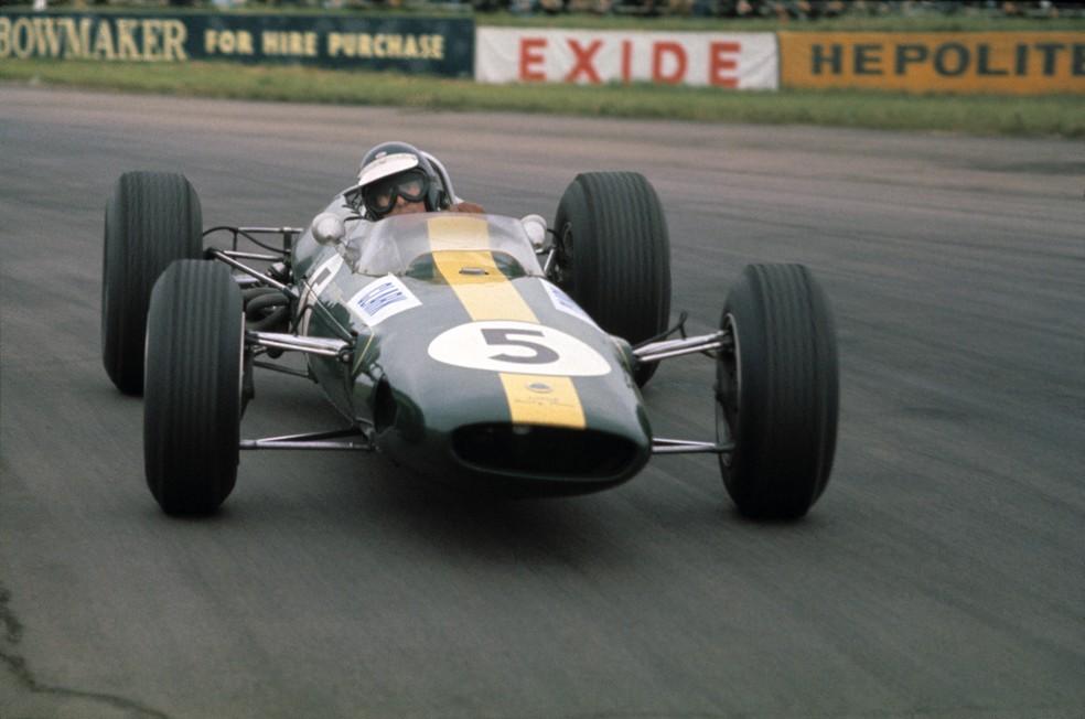 Jim Clark atravessa Lotus em Silverstone, em 1965 — Foto: Getty Images