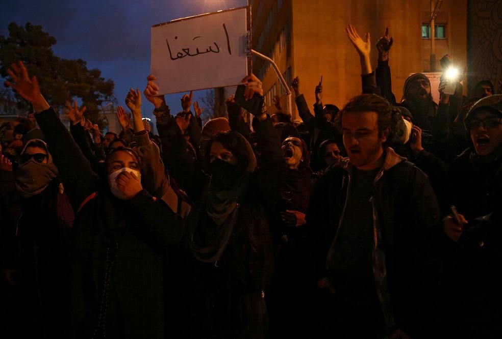 Manifestantes iranianos pediram a saída do líder supremo do país — Foto: Reuters