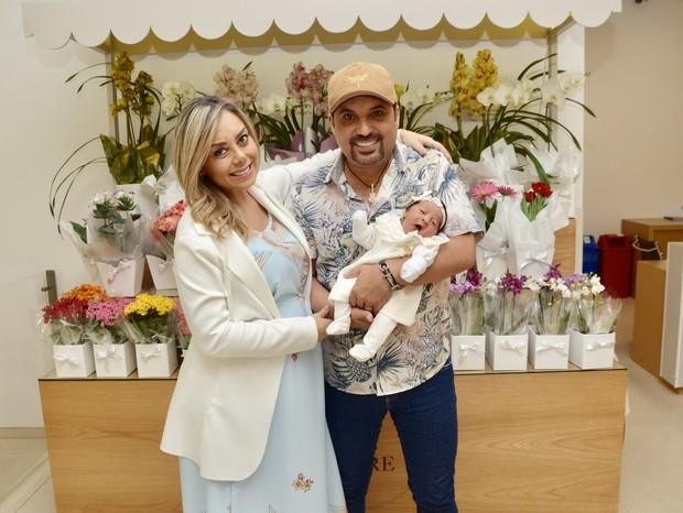 Deia Cypri e Edson Cadorini com a filha, Bella (Foto: Eduardo Martins/AgNews)