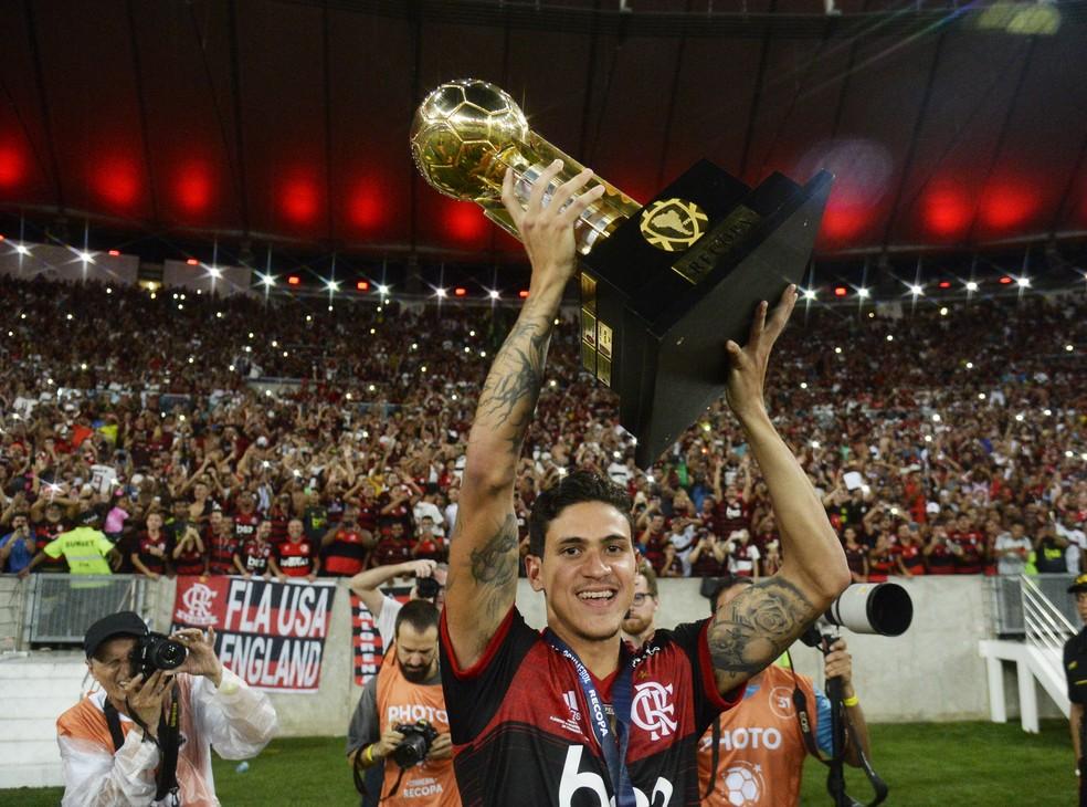 Pedro ergue a taça da Recopa — Foto: André Durão/GloboEsporte.com