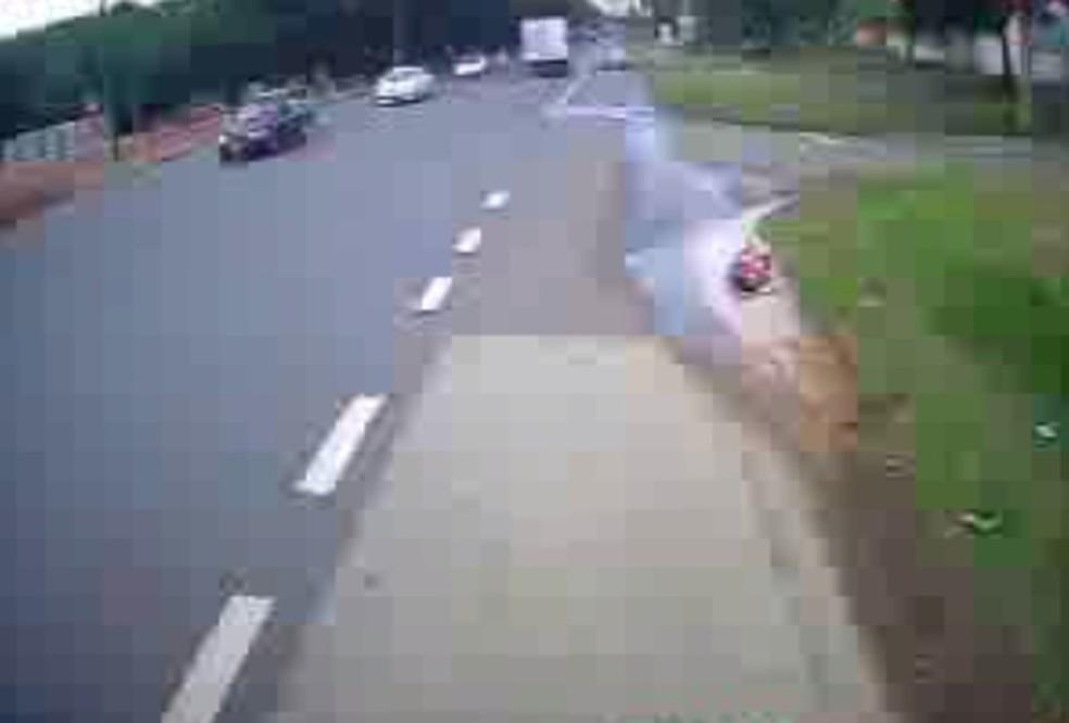 Mulher ficou caída na rua após pegar rabeira em Rio Preto — Foto: Reprodução