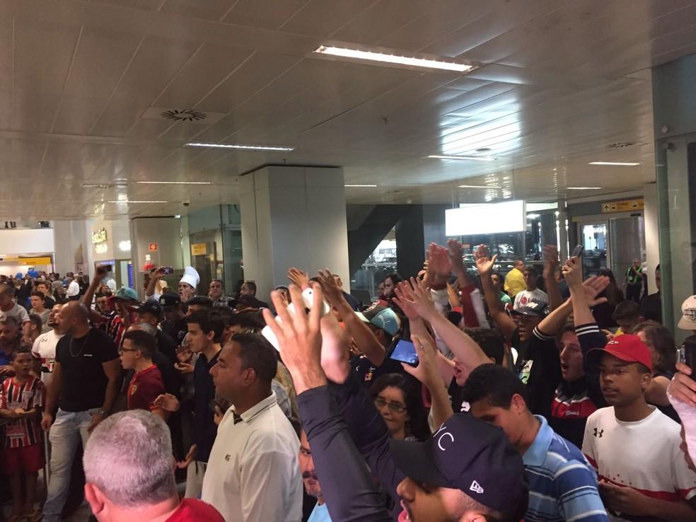 Torcida do São Paulo foi em bom número ao aeroporto (Foto: Marcelo Hazan)