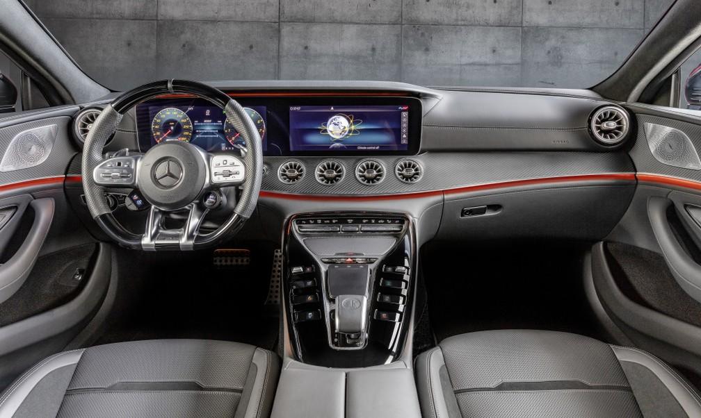 Interior do AMG GT 43 é luxuoso e tecnológico, com quadro de instrumentos 100% digital — Foto: Divulgação