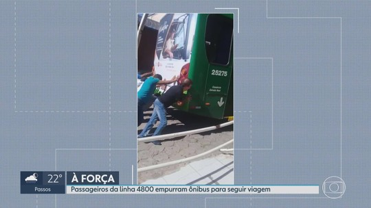 Passageiros empurram ônibus para ele voltar a funcionar em rodoviária da Grande BH