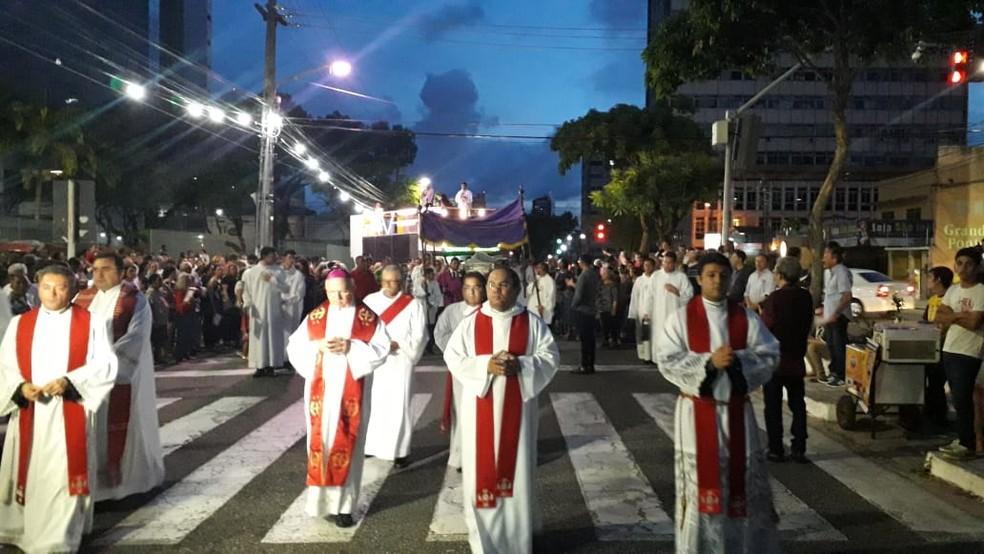 Fieis católicos se reúnem na Procissão do Senhor Morto em Natal — Foto: Julianne Barreto/Inter TV Cabugi