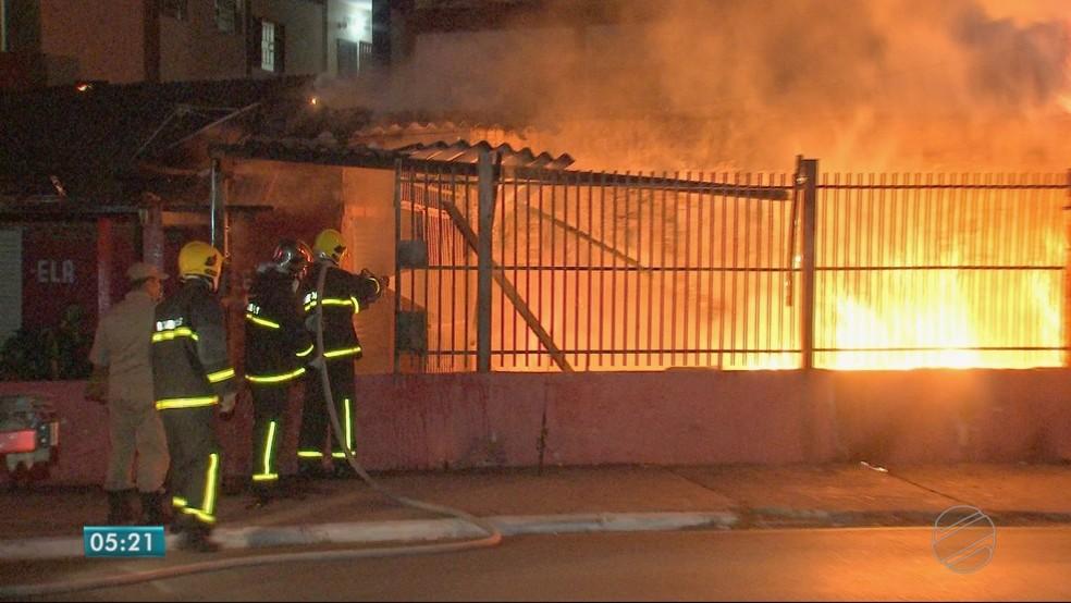 Os militares controlaram o incêndio antes que se alastrasse para o condomínio, em Cuiabá (Foto: TV Centro América)