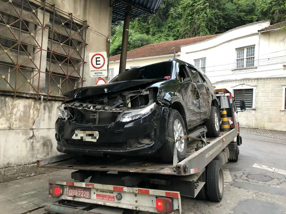 Empresário destruiu o próprio carro ao avançar em veículo onde estavam a ex-mulher e a filha em Santos, SP (Foto: G1 Santos)