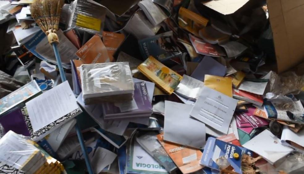 Livros didáticos encontrados em terreno da Prefeitura de Casa Branca (Foto: Ary Molinari/Jornal Casa Branca)