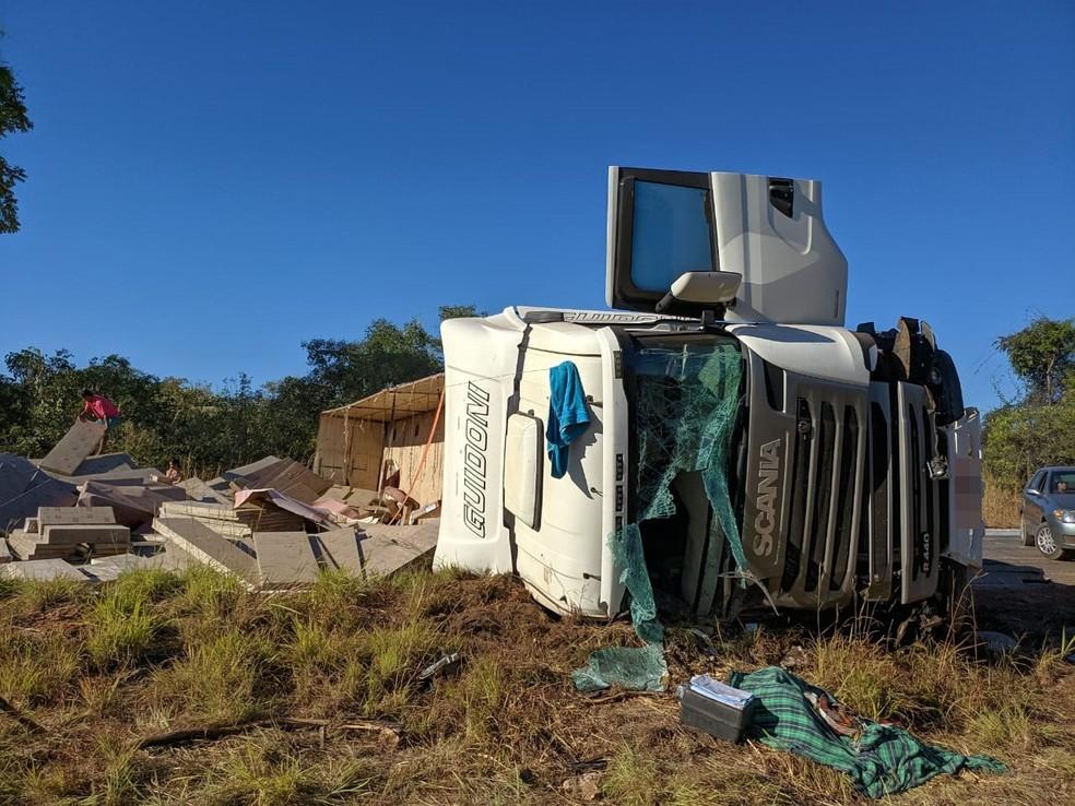 A BR-242 ficou bloqueada por conta do acidente, depois que a carreta interditou a pista.  — Foto: Blog do Braga