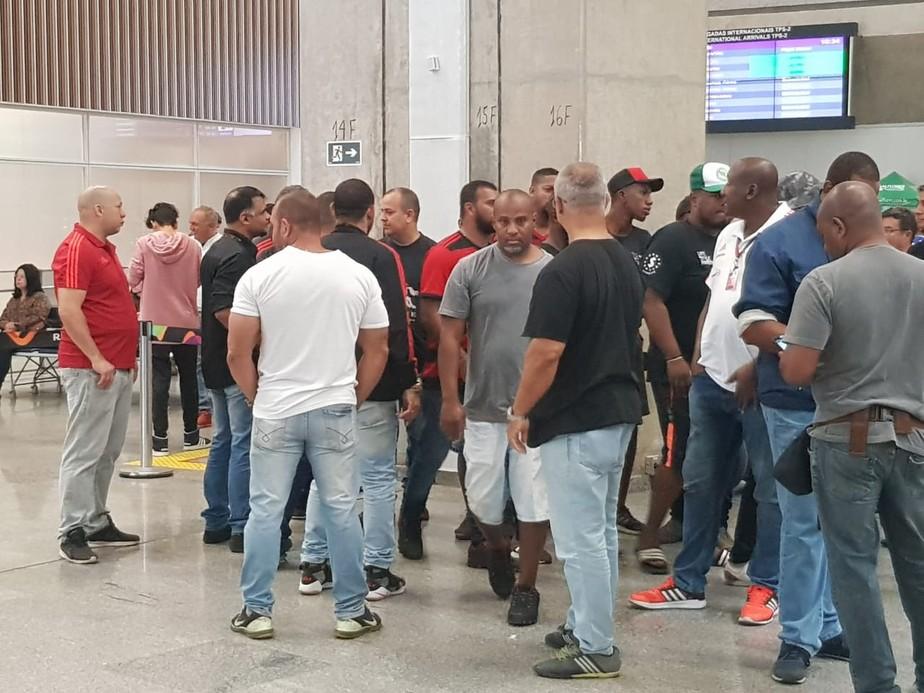 Flamengo dribla torcedores em desembarque no Rio de Janeiro após derrota para o Emelec
