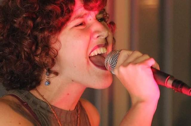 Camilla Farias se apresentando (Foto: Reprodução / Facebook)