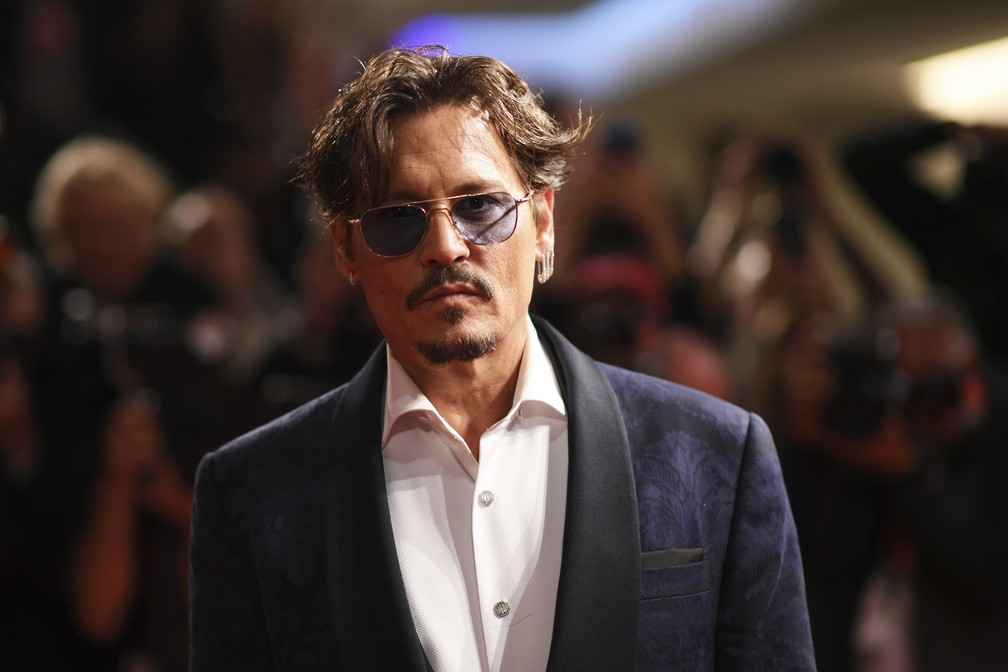 Johnny Depp brinca sobre relação com álcool e elogia filha