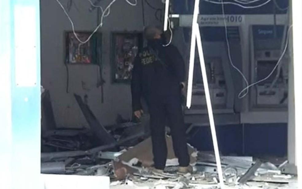 Agência ficou destruída após ataque dos bandidos — Foto: Reprodução/TV Bahia