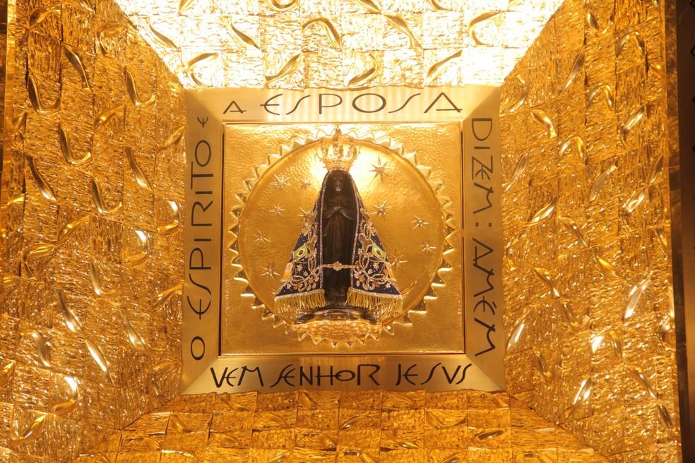 Imagem de Aparecida achada no rio em 1717 fica em um nicho blindado na basílica — Foto: Carlos Santos/G1