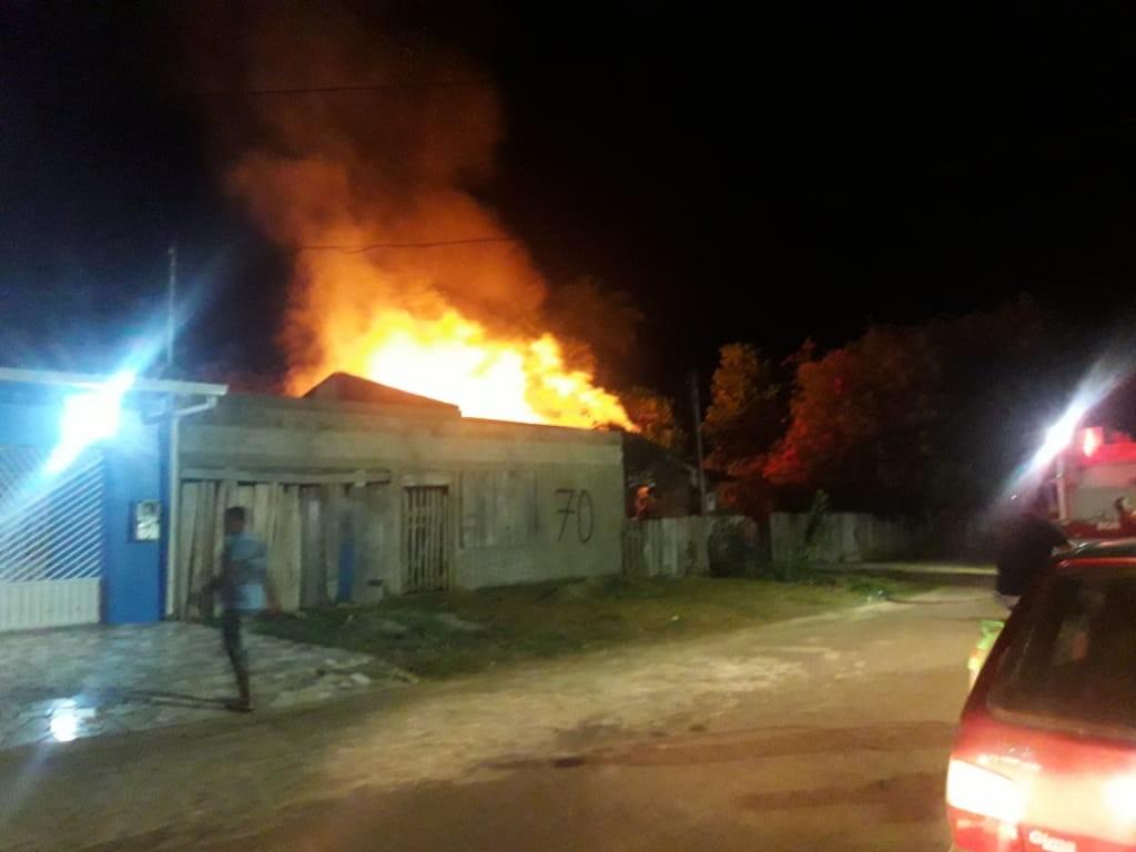 Incêndio destrói residência na zona urbana de Guajará-Mirim, RO - Notícias - Plantão Diário