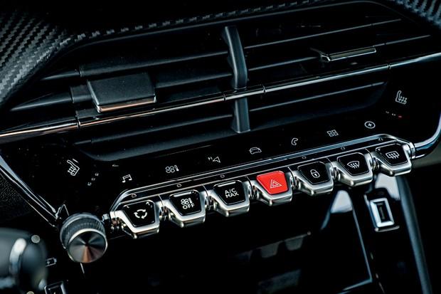 PEUGEOT e-208 GT (Foto: Rafael Munhoz)